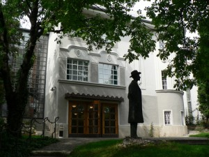 Statue of Bartók outside his house